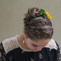 תסרוקת עם צמה בשילוב פרחים טבעיים